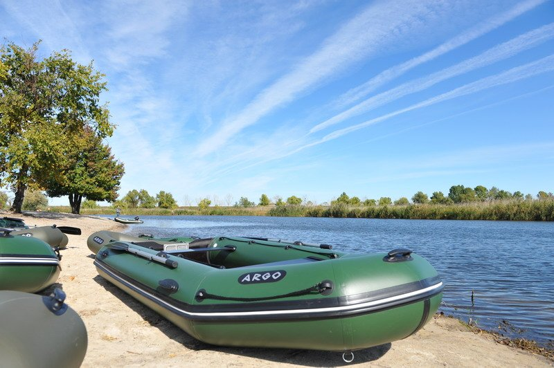 Большая надувная лодка для рыбалки